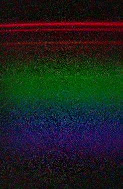 El espectro de un monitor es obviamente mas tenue que el de una lámpara