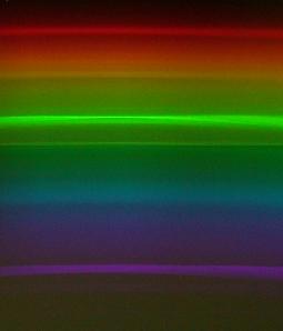 Es posible ver el sepectro de las lineas de mercurio, pincipalmente en la linea verde, que se encuentra en la mayoria de los tubos fluorescentes