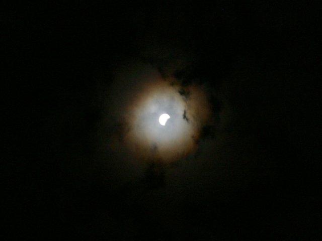 Eclissi di Luna tra le nubi, cortesia di Jerry Xiaojin Zhu